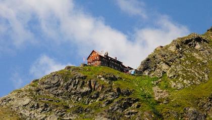Die Flanke hinauf zur Saarbrücker Hütte präsentiert sich im Hochsommer in sattem Grün.