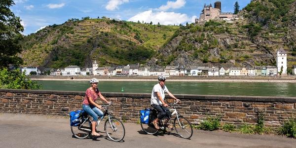 Rheinradweg bei St. Goar mit Blick auf Burg Katz