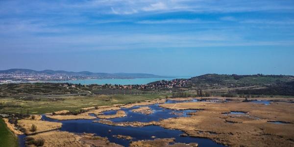 Vodná plocha jazera Külső-tó (Vonkajšie jazero) v Tihanyi, v pozadí Balaton - pohľad z rohľadne Strážna veža