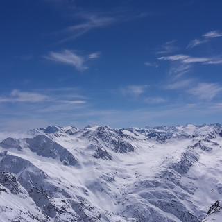 Berg mit Schnee, Himmel und Wolken