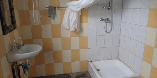 Vidra Csónakház, zuhanyozó