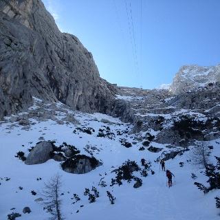 Der Aufstieg mit Schi war schon am ca. 1300m möglich. Die Welser Hütte ist am oberen Bildschirmrand zu erkennen.