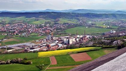 Heringen (Werra) und Kaliwerk Wintershall vom Monte Kali