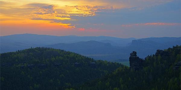 Die Hunskirche am Papststein bei Sonnenaufgang.