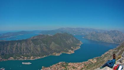 Spektakuläres Panorama vom Gipfel auf die Bucht von Kotor und hinaus auf die Adria.