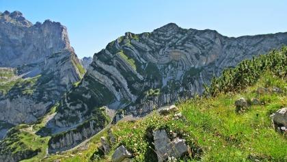 Das Gebirge lockt ihm Sommer zahlreiche Wanderer an.