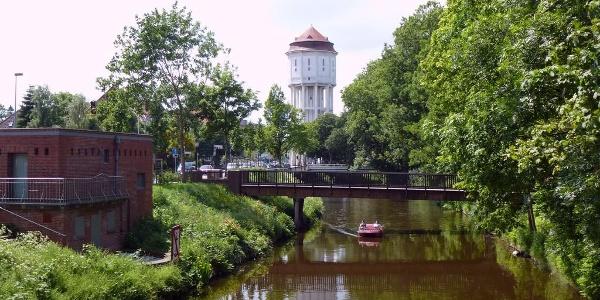 Gracht mit Wasserturm in Emden