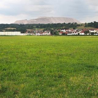 Blick von der Werraaue bei Heimboldshausen zur Kalihalde bei Röhrigshof