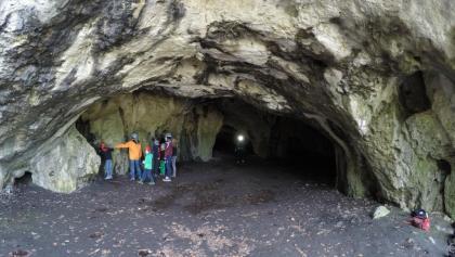 Jetzt wird es für die Kinder richtig spannend - Nordeingang in die Oswaldhöhle