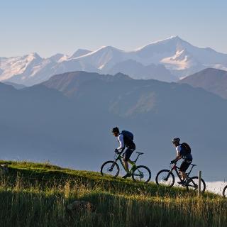 Mountainbiker oberhalb von Hopfgarten