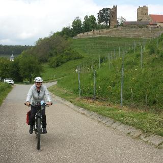 Radlerin vor der Burg Neipperg, sie ist eine Höhenburg und die Stammburg der Herren und Grafen von Neipperg. Sie stammt aus dem 12. Jahrhundert und befindet sich in Neipperg Ortsteil von Brackenheim