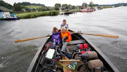 Die Ruderbootfähre bringt uns von Moritzdorf zum Baaber Bollwerk
