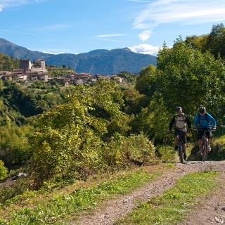 Auf dem Weg nach Pranzo. Im Hintergrund die Burg von Tenno.
