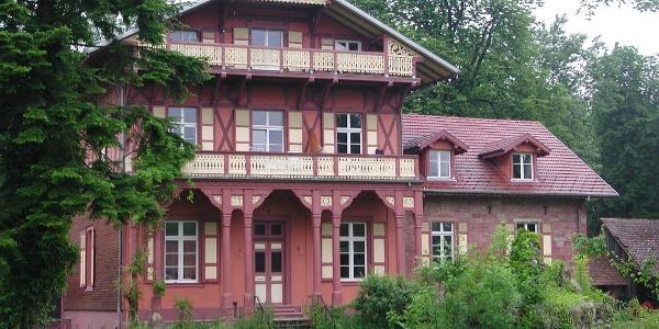 Fischzucht, Gebäude im Chalet-Stil aus der Zeit Napoleon III.