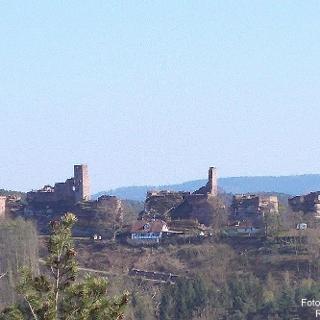 Blick auf die Burgen Altdahn, Grafendahn und Tanstein (von links)