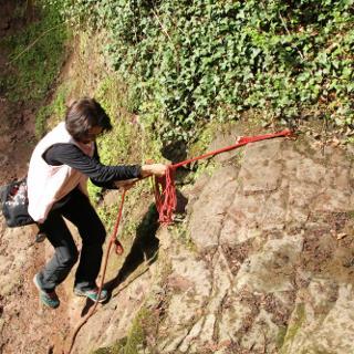 ca. 2m hoher Absatz mit Seil