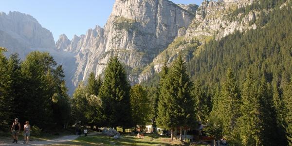 Il rifugio La Montanara e il Croz dell'Altissimo
