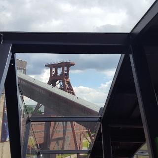 Der Förderturm der Zeche Zollverein vom Aussichtspunkt Kohlenwäsche