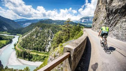 Spektakulär und traumhaft schön: Die Route durch die Ruinaulte gehört zu den schönsten Strassen der Alpen. Fahrer: Stefan Schwenke / Foto und ©: Henning Angerer/Velo Grischa