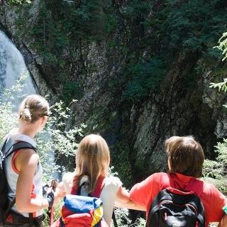 Aussichtskanzel mit Blick auf den Wasserfall
