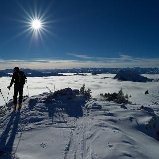 Traumwetter am Hirschberggipfel mit Blick nach Süden zum Alpenhauptkamm