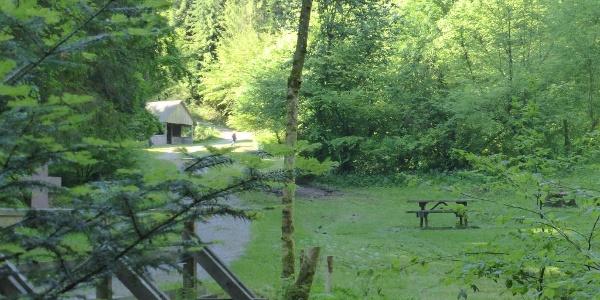 Mitten im Monbachtal der Zeltplatz mit Grillstelle