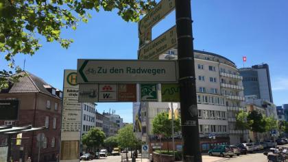 Radwegeschild am Hauptbahnhof Pforzheim