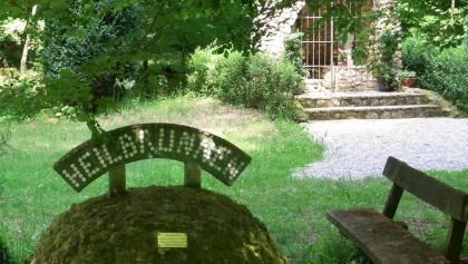 Im Bienwald, hier am Heilbrunnen, im Hintergrund die Lourdesgrotte