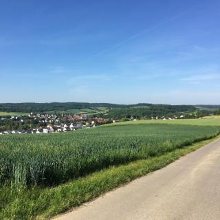 Blick auf Neckarbischofheim vom Löschwasserbehälter Heidäcker Siedlung