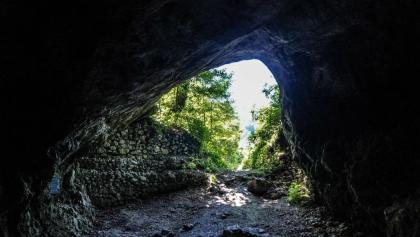 Az épített falat leszámítva így látta az ősember: a Szeleta-barlang belülről.