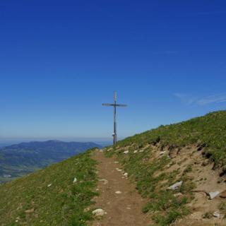 Am talseitig vorgelagerten Gipfelkreuz des Schönbergs