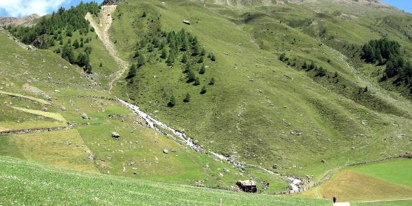 herrlich, die Bergbäche! Der Weg ist fest und nicht steil