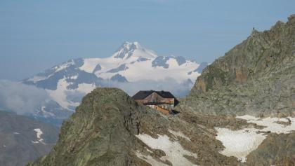 Hildesheimer Hütte mit Blick auf den höchsten Berg Tirols (Ötztaler Wildspitze)
