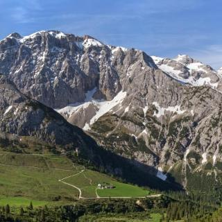 Blick auf Karwendelhaus und Birkkarspitze