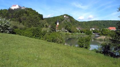 Blick auf Schloss Rosenburg und die Burgruine Tachenstein in Riedenburg im Altmühltal