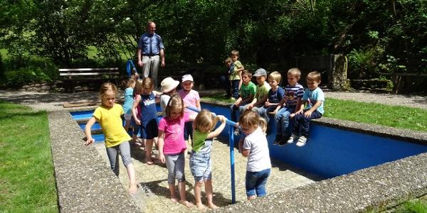 Tobende Kinder an der Wassertretstelle