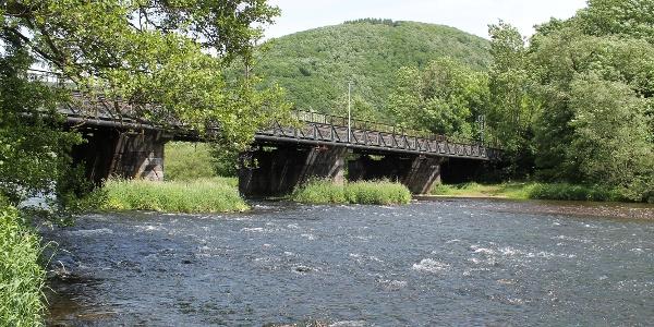 Eisenbahnbrücke mit Radweg vor Plettenberg