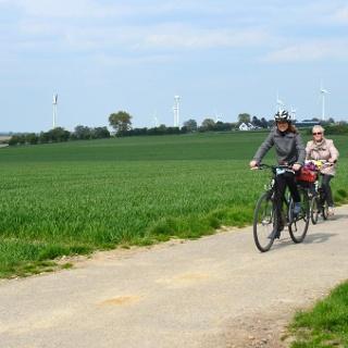 Radfahrer in der Kulturlandschaft nördlich von Aachen