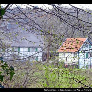 Fachwerkhäuser in Ziegwebersberg vom Weg aus Richtung Müllerhof