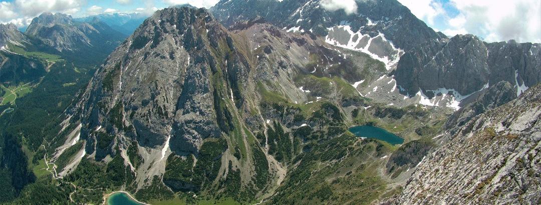 Traumhaftes Gipfelpanorama mit Tiefblicken zu Seebensee (links) und Drachensee (rechts)