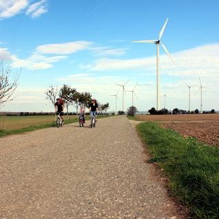 Familie auf dem Radweg Erneuerbare Energien