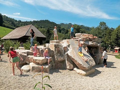 Der großzügige, naturnahe Erlebnisspielplatz im Schwarzwälder Freilichtmuseum Vogtsbauernhof lädt mit seiner Hügel-, Wasser- und Sandlandschaft kleine und große Museumsbesucher zum Klettern, Herumtoben und Entdecken ein.
