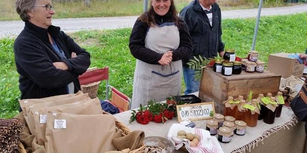 Lokala produkter från Nirsgård säljs på marknad