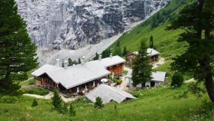 Die Hütte vom Jagdschloss gesehen
