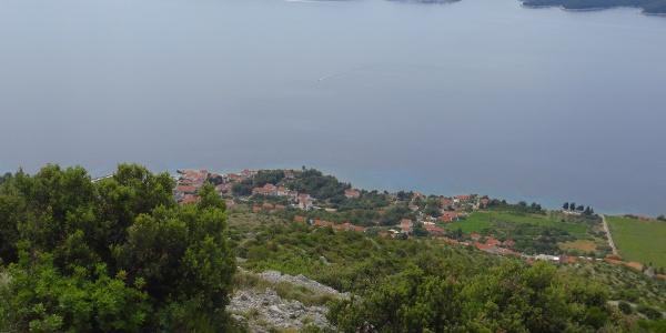 Tief unten der romantische Ort Zavala