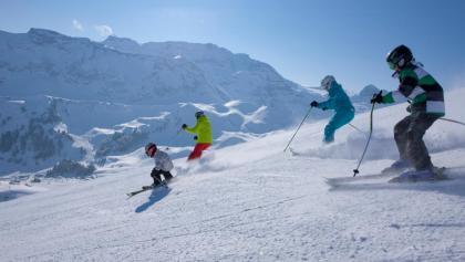 Familie beim Skifahren in Adelboden-Lenk