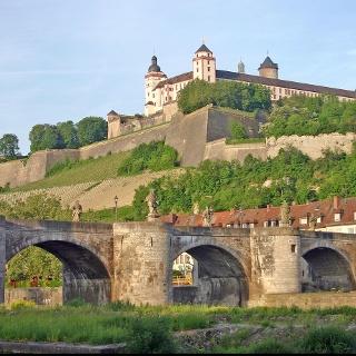 Festung Marienberg mit Alter Mainbrücke im Vordergrund