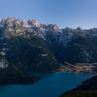 Il lago e le Dolomiti di Brenta