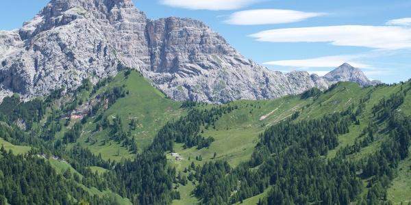 La magnifica conca dove si trova il Rifugio Boz (sullo sfondo il Sass de Mura)