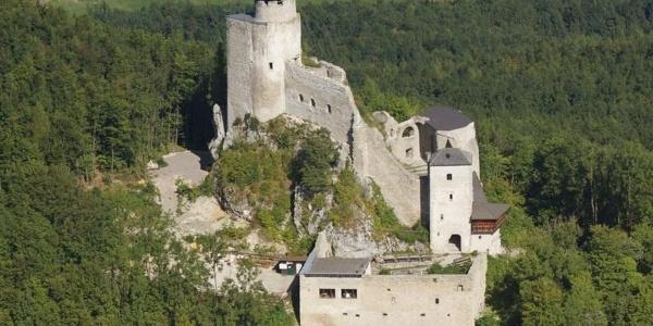 Burgruine Araburg mit Burgstüberl im Vordergrund